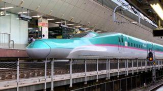東京駅のホームに新幹線はやぶさ