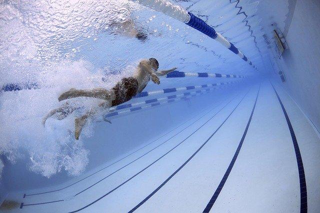 プールで泳ぐアスリート
