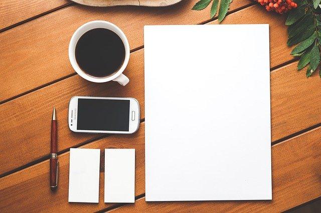 紙とペンとスマホとコーヒー