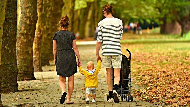 公園を散歩している家族