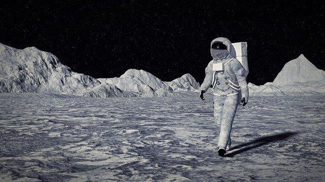 月を1人で歩く