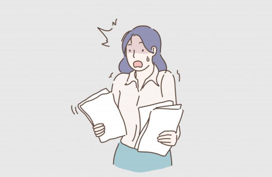 書類の出来に慌てる女性