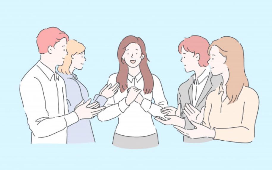 チームから祝福される女性